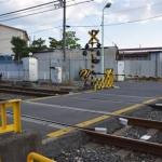 大阪府立むらの高等支援学校の生徒2人が女性を救出した踏切。左奥に同校がある